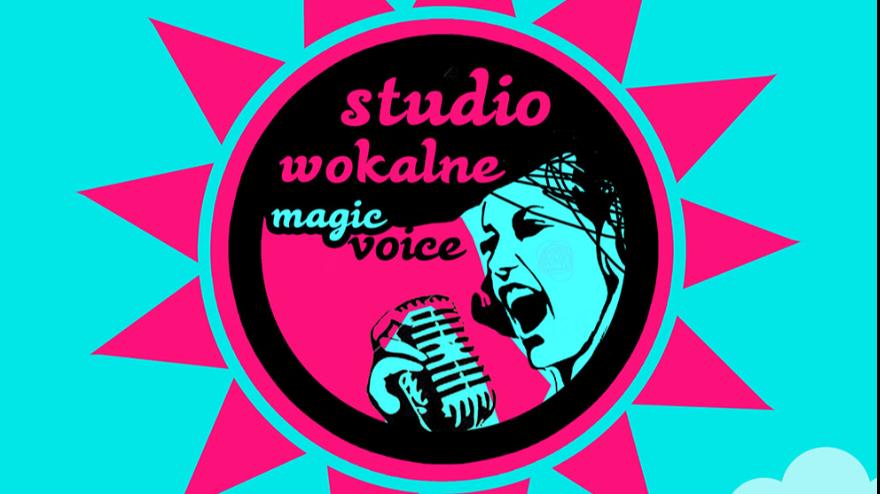 """Różowe słońce na tle niebieskiego nieba, w środku twarz śpiewająca do mikrofonu i napis """"Studio Wokalne Magic Voice"""""""